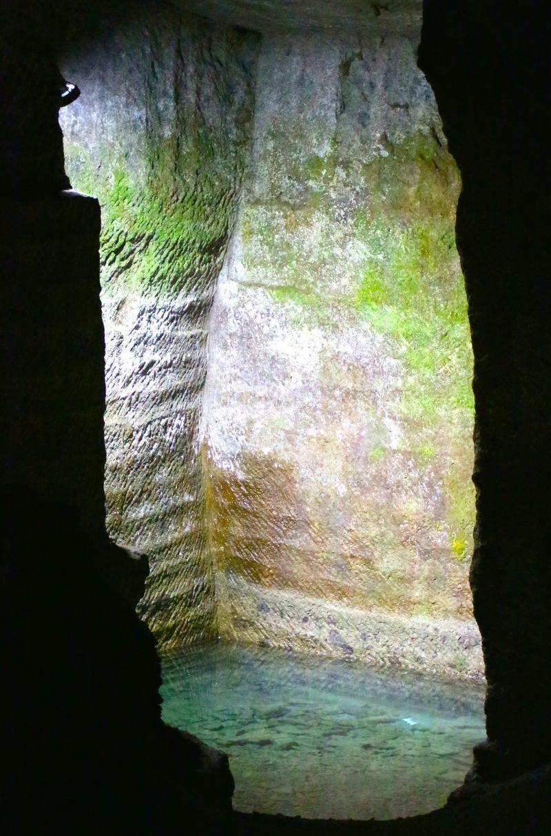 西伊豆にある神秘的な「室岩洞」、実は江戸城を支えたアレの産地だった!?