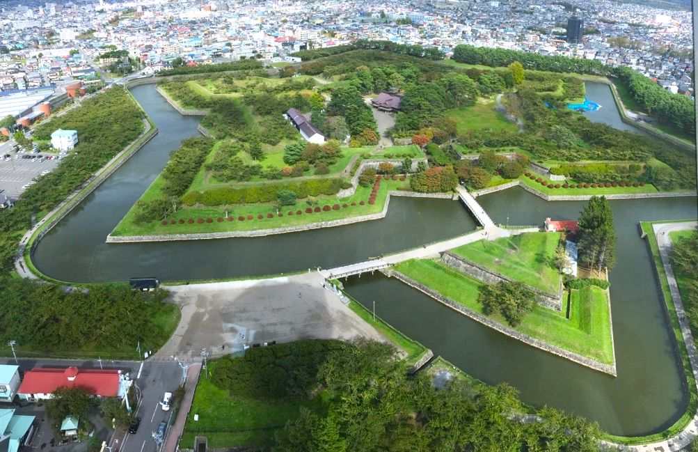 函館観光の代名詞「五稜郭」と歴史スポット「箱館奉行所」