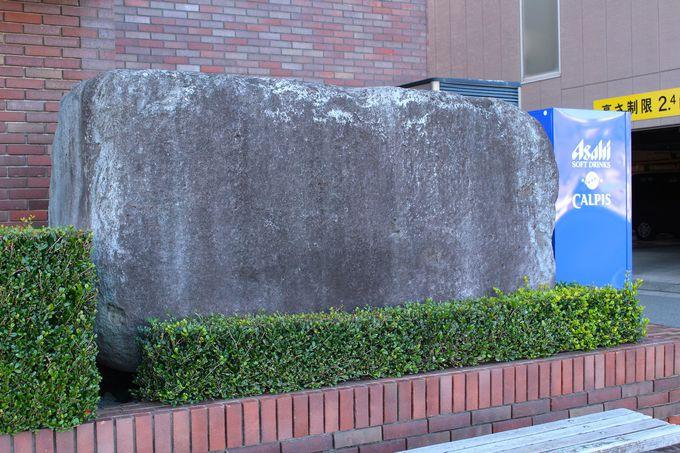 4.町役場の前には自動販売機と並ぶ畳石
