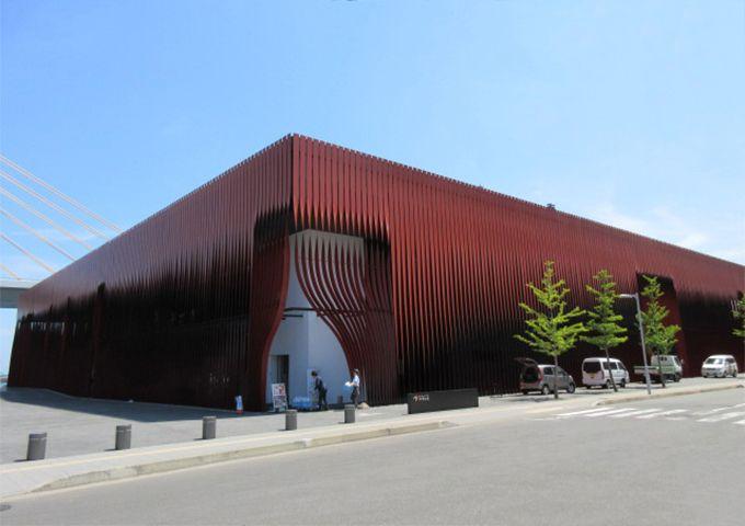 【2】赤い建物はワ・ラッセ。ひときわ目を引く斬新なデザインは、青森駅前の目玉施設!