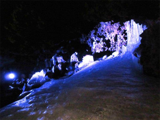 暑さも吹き飛ぶ天然氷とスリル!富士山麓・鳴沢氷穴でひんやり体験