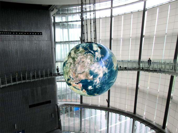 迫力のシンボル・直径6メートルの浮かぶ地球ディスプレイ
