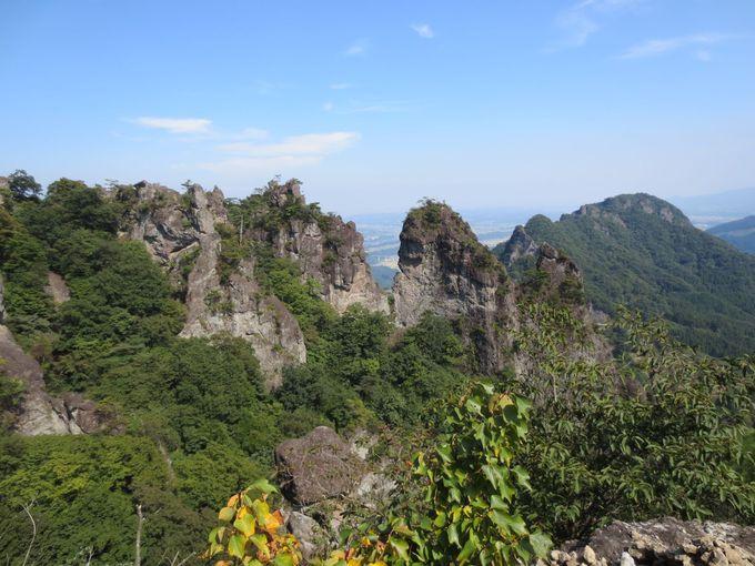 3、展望所から奇岩を眺める 眼下には富岡市の展望も