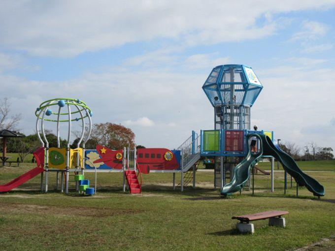子ども心くすぐる大型遊具&10haの広大なコスモス畑も!