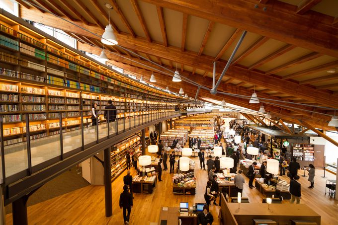 カフェ併設!吹き抜けの開放感&蔵書のレイアウトに圧倒される