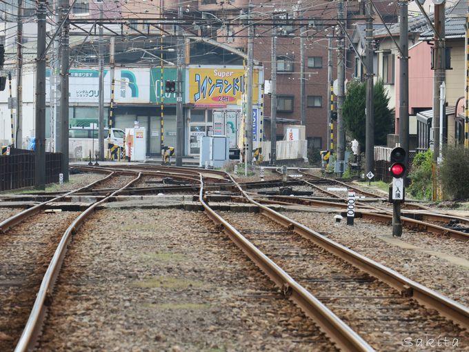電車に乗って行こう!古町駅のダイヤモンドクロス