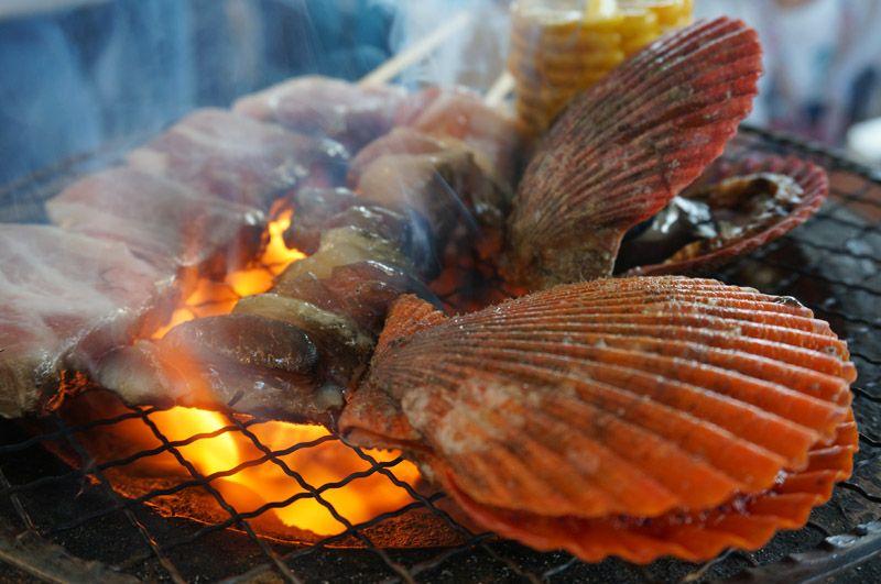 目の前の海で獲れたばかりの魚で海鮮バーベキュー