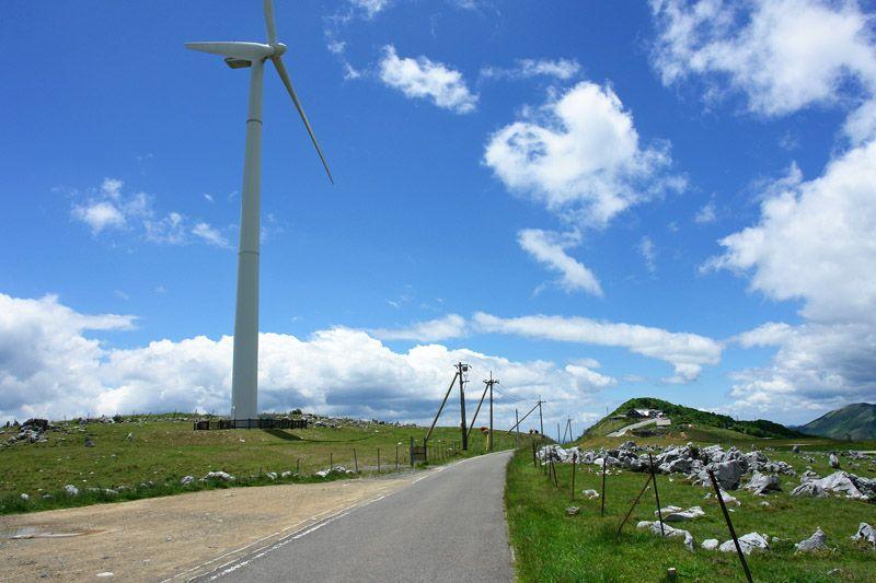 雲上の草原を駆け抜ける、日本屈指のドライブルート!