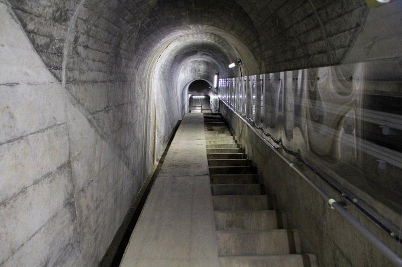 ダム内部、コンクリートの通路はまさに「工場萌え」