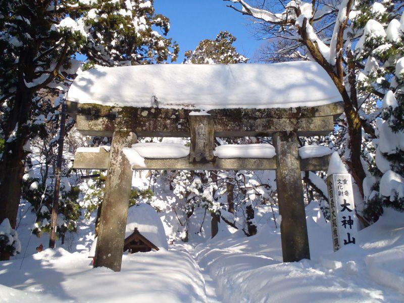 厳かな神社が雪遊びのフィールドに変身!