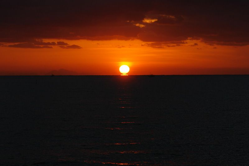 沈む夕日と昇る夕日が合体!だるま夕日が見せる幻想的な蜃気楼