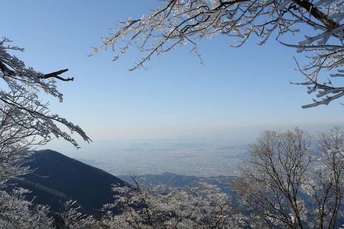 瀬戸内海を見下ろしながら登る雪山