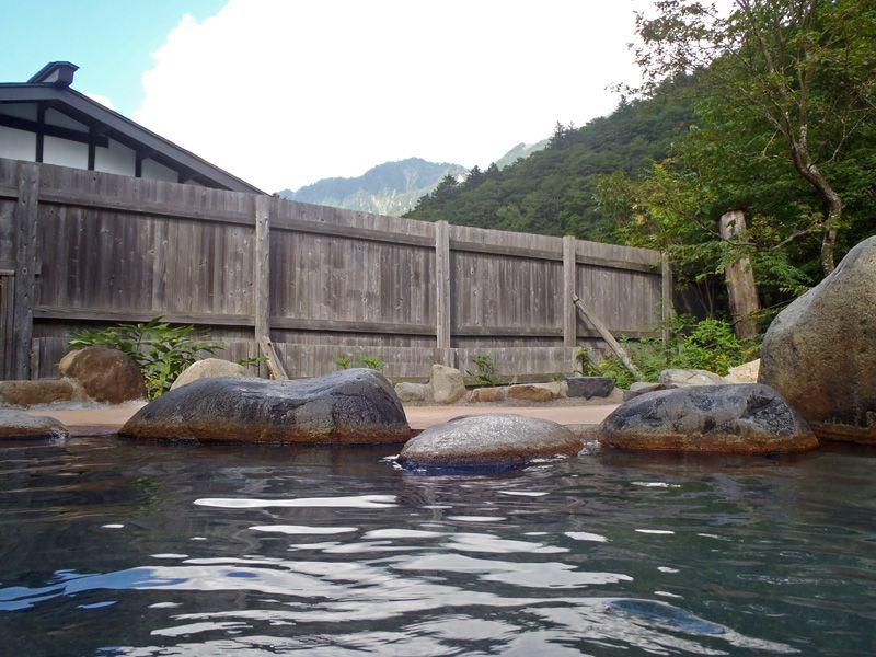 北アルプスの山々を眺める源泉掛け流し露天風呂!