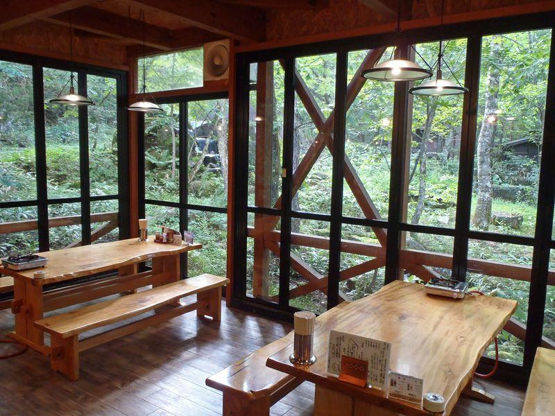 湯上りは森のレストランでゆっくりとくつろごう