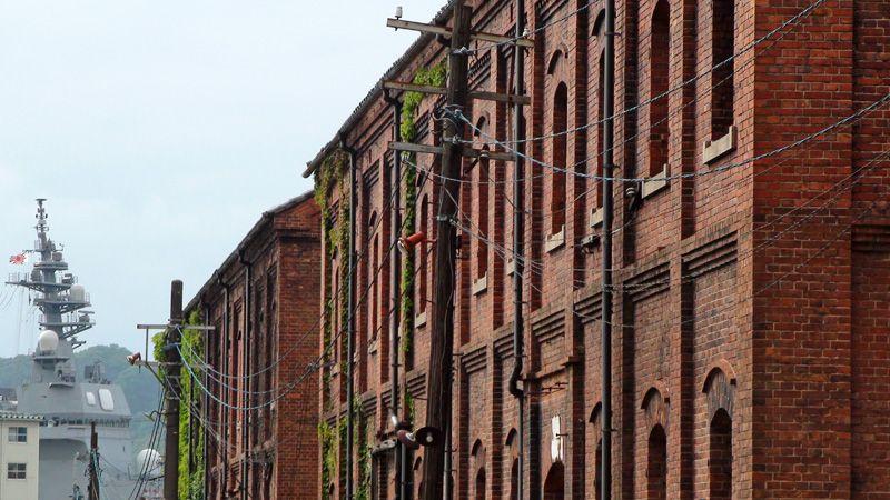 赤レンガ倉庫と自衛艦が並ぶ景色が見どころ「赤れんがパーク」