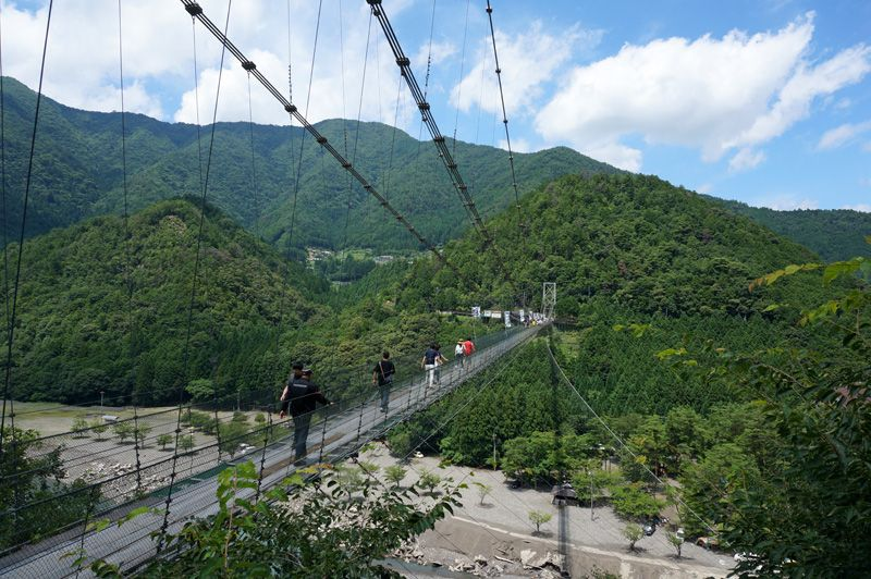 深い山奥に突然現れる長大な吊り橋に驚き!