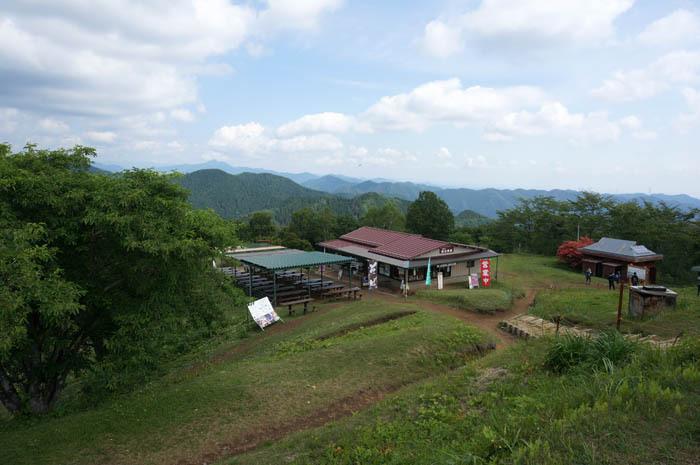 陣馬山頂上の高原は茶屋もある絶景スポット