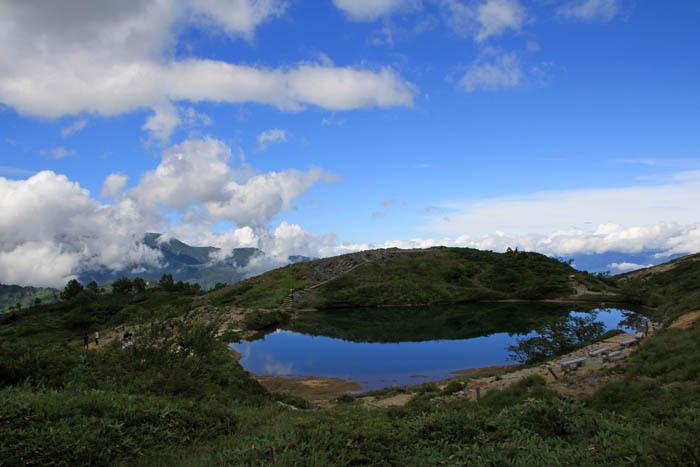 まさに天空の池!雲上に浮かぶ美しい風景を一望!
