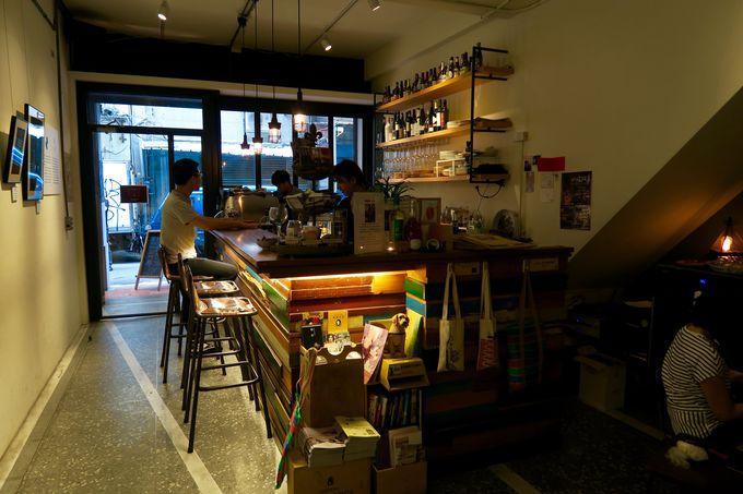 縦に細長く伸びる民藝埕の建物内には、雑貨屋さんの他にお洒落なカフェやお茶屋さんも!