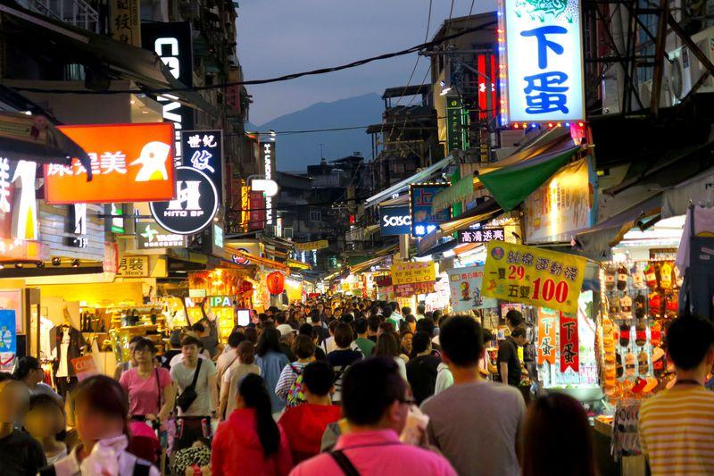 グルメ街での夕食もおすすめ!台北の夜は活気ある「士林夜市」へ