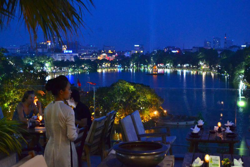 ハノイ・ホアンキエム湖を一望!人気レストラン「Cau Go」
