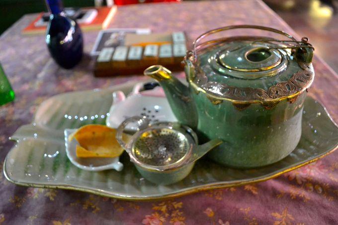 手作りのポットに入ったお茶を堪能しよう