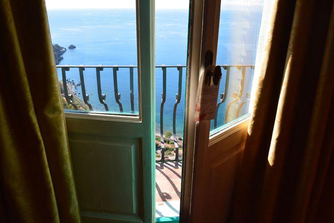 お部屋はシンプルかつ機能的、眺めも最高!!
