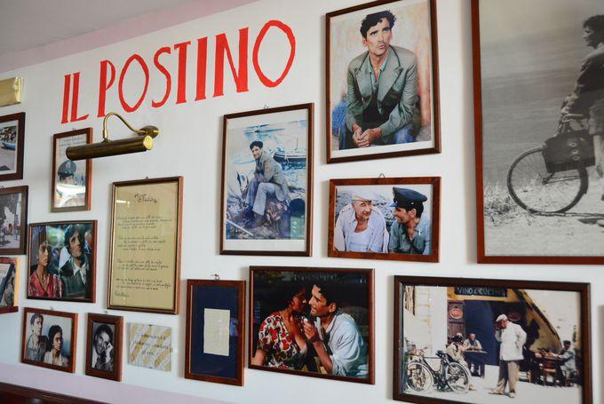 映画のシーンが壁いっぱいに飾る店内
