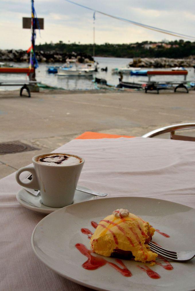 歩き疲れたら浜辺のカフェで一休み