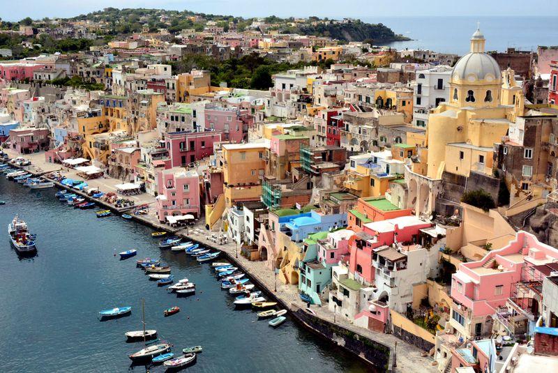 カラフルな絶景!南伊ナポリ湾に浮かぶ色鮮やかなプローチダ島