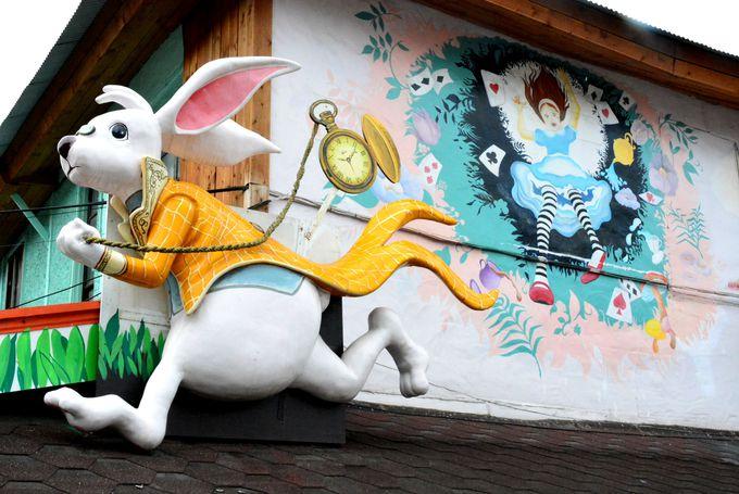 壁画や立体的なオブジェが迎えてくれるメルヘンワールド