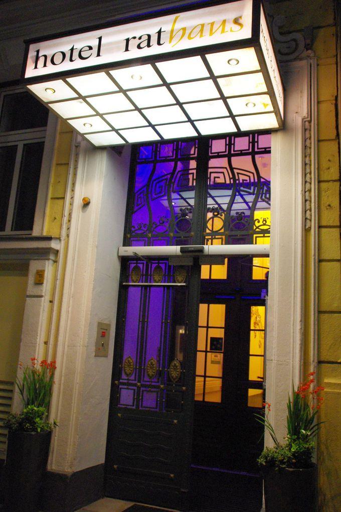 エントランスも優雅!レトロで美しい鋳鉄エレベーターも必見。