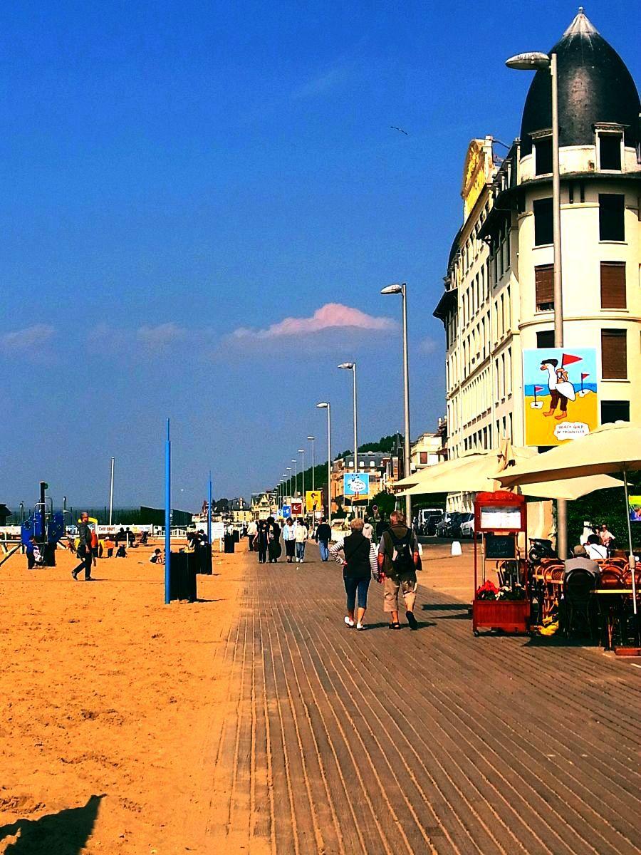 海辺を飾るサヴィニャックのポスターデザインと豪邸の散歩道
