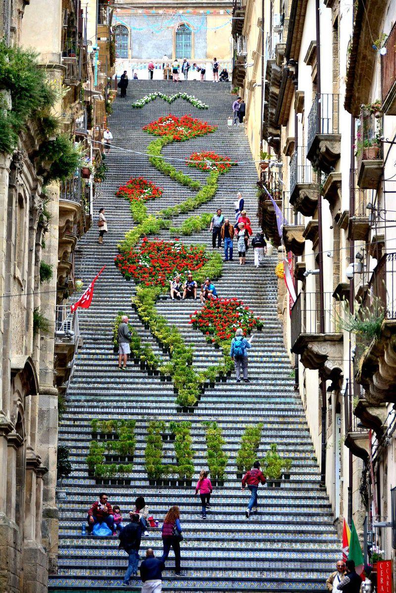 カラフル陶器が街を彩る♪シチリア島南東の街カルタジローネ
