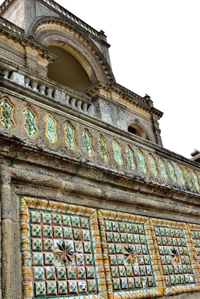 街の中心へは、まず陶器が彩るローマ通りから目指そう!