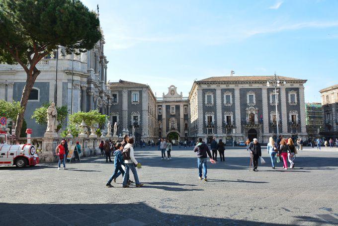 モニュメントが集結する観光の中心、まずは「ドゥオモ広場」へ!