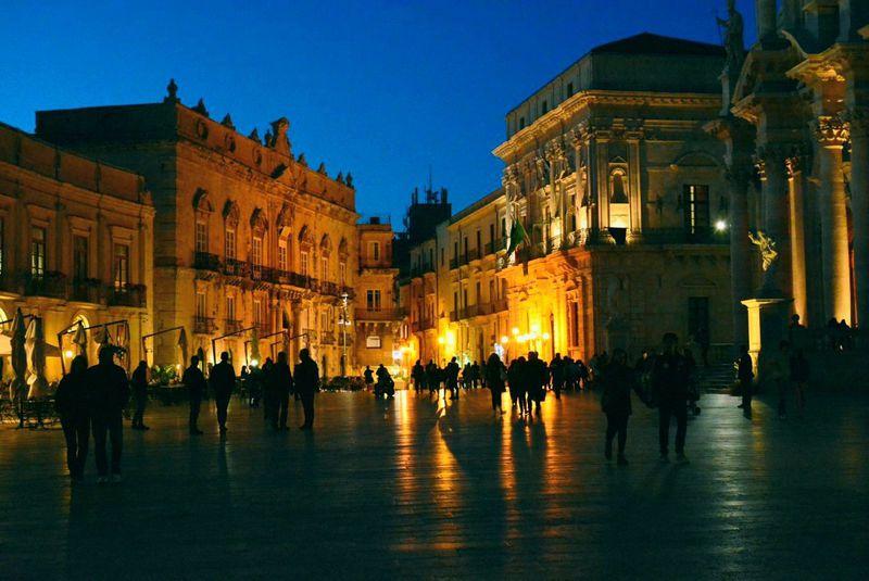 妖艶なルックスで魅了!シチリア島シラクーサ旧市街の夜の街歩き ...