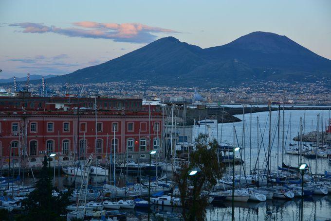 ナポリの象徴「ヴェスヴィオ火山」と「サンタルチアの風景」