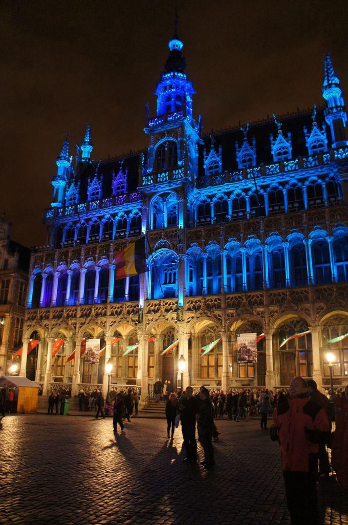 ゴシック建築と華麗なバロック建築に囲まれた美しい広場