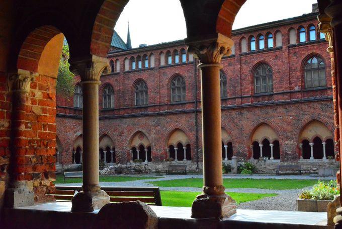 バルト三国最古の建築物「リガ大聖堂」は中庭と回廊見学も必須