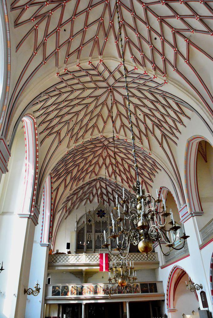 静寂なる白い空間「聖ヨハネ(ヤーネ)教会」と中世の中庭
