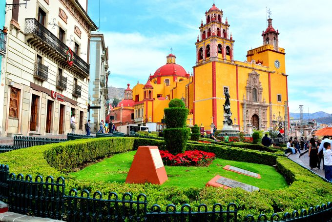 街の中心ラパス広場は教会を背後に撮影してみましょう!