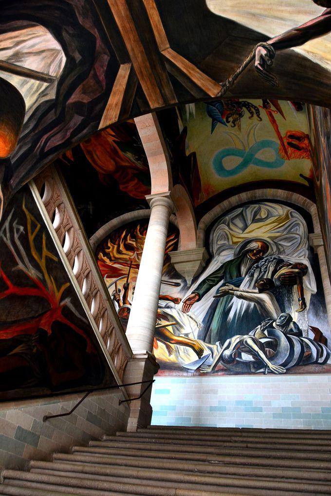 強いタッチのメキシコ壁画が見られるアロンディガ・デ・グラナディータス
