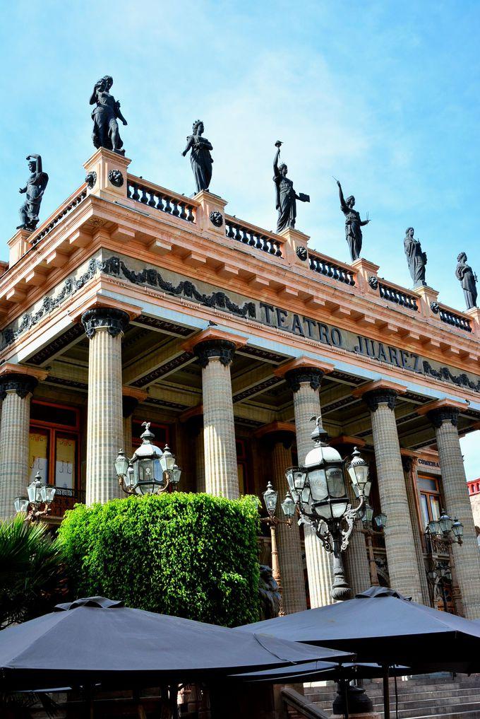まるで宮殿のような華やかさのファレス劇場