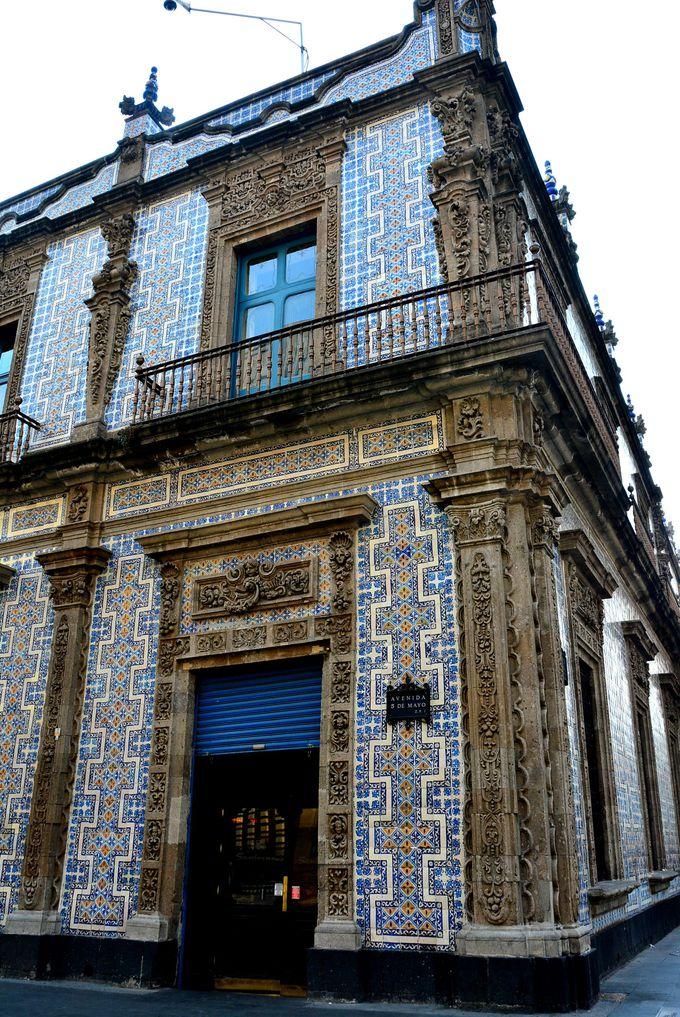 街角を彩る青いタイルの家「カーサアズレージョ」