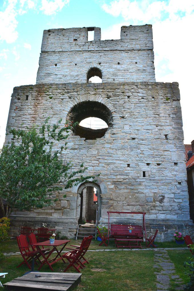 廃墟教会に見守られお茶することも出来る中庭が一押し♪