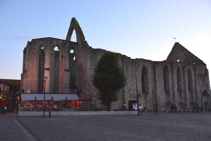 ヴィスビーの歴史を物語る13の廃墟教会巡り