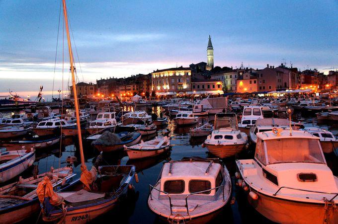 ロマンティックなロヴィニ港をまずは目指すべし