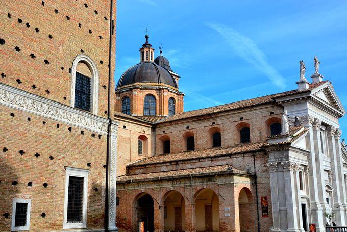 ウルヴィーノの歴史が凝縮された「リナシメント広場」