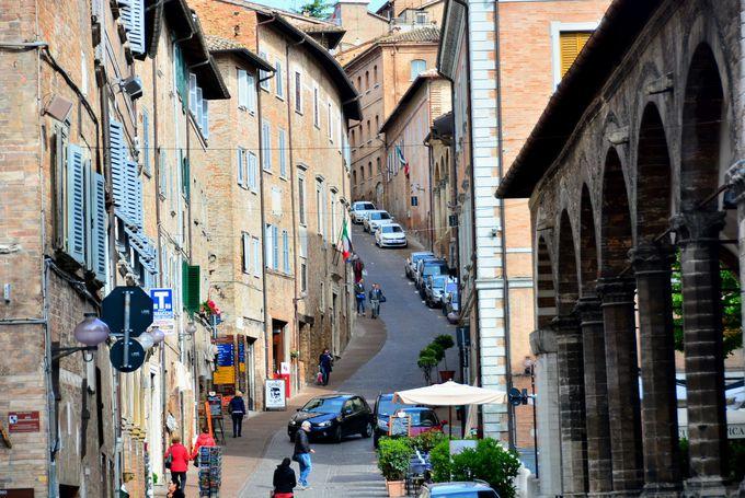 ラファエロと一緒に散歩しているかのような旧市街
